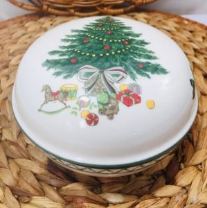 Mikasa, beautiful Round Box with lid, Christmas st